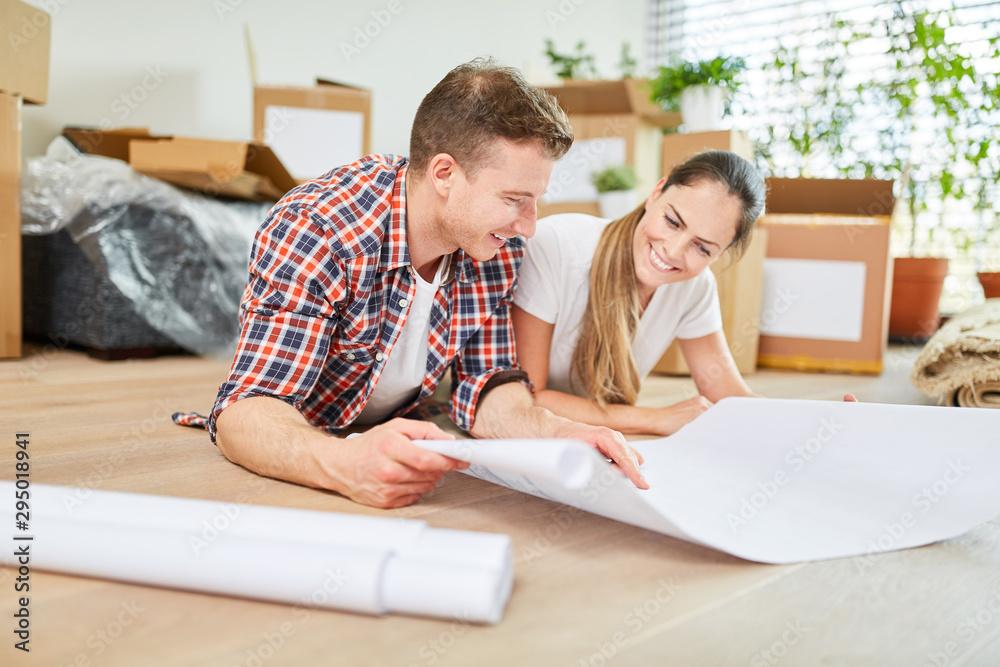 Fototapety, obrazy: Glückliches Paar bei der Planung von Hausbau