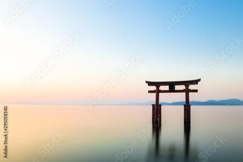 Spoed Fotobehang Japan 琵琶湖 白髭神社 夜明け