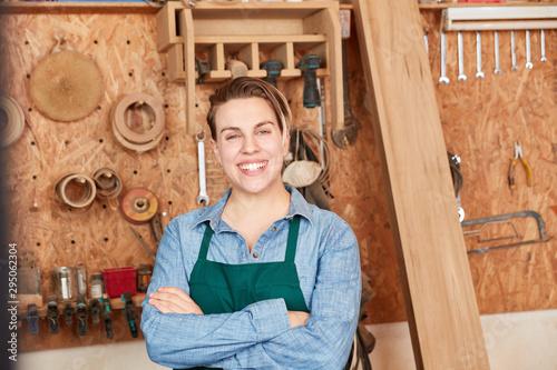Fotobehang Hoogte schaal Glückliche junge Frau als Schreiner Lehrling
