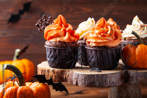 Foto auf AluDibond Natur Halloween cupcakes and pumpkins on dark background. Sweets for holiday party.