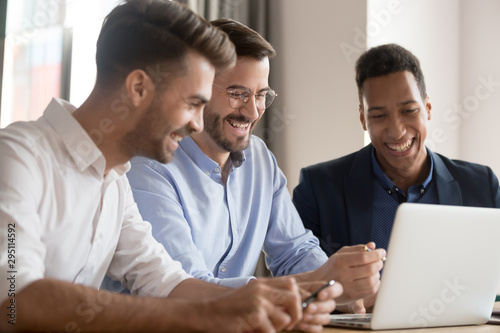 Pinturas sobre lienzo  Happy diverse business men team laughing looking at laptop