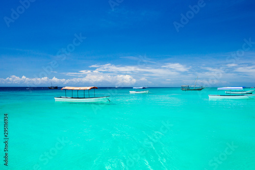 Foto auf AluDibond Reef grun Beautiful sky and blue sea . tropical beach