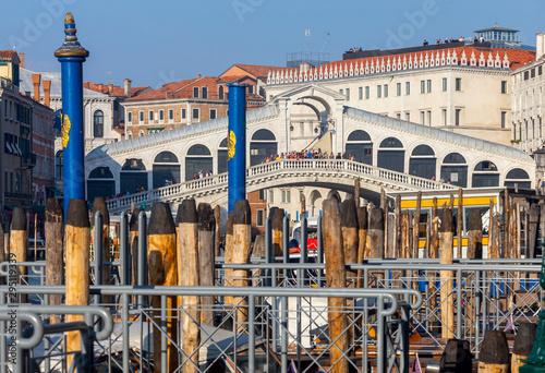 Pinturas sobre lienzo  Venice. Rialto Bridge on a sunny day.