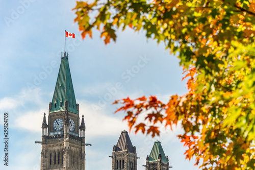 Fotografia Canadian Parliament with Autumn Foliage