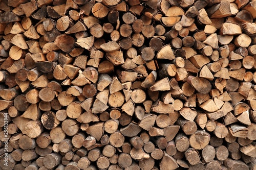 Photo sur Aluminium Texture de bois de chauffage round and triangular firewood neatly stacked
