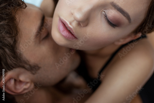 Canvas-taulu top view of man with closed eyes kissing sexy woman