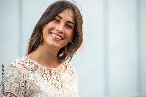 Modella abito estivo grande sorriso Wallpaper Mural