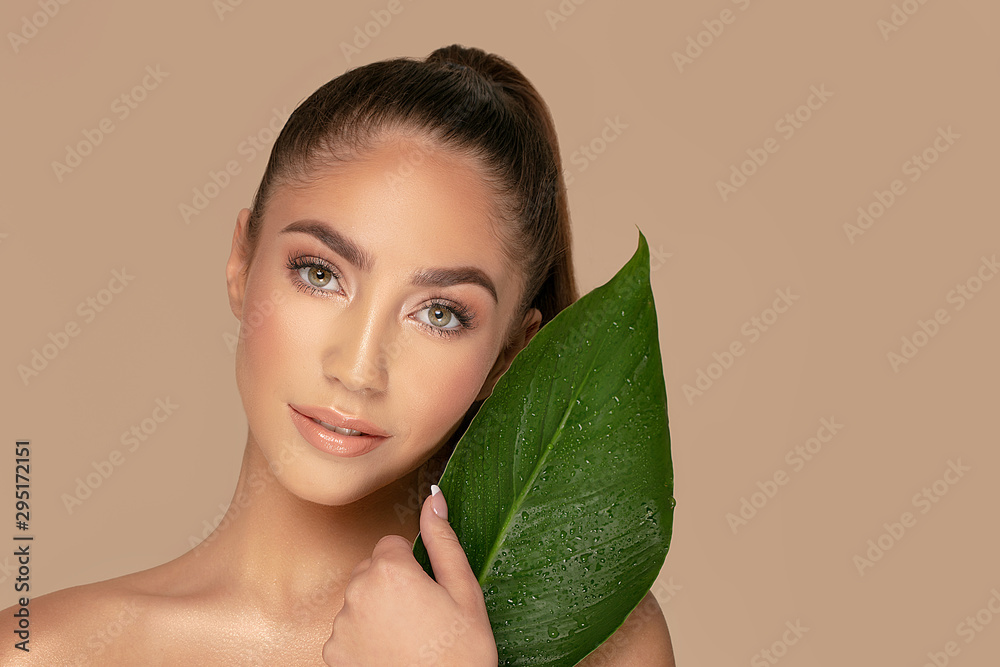 Fototapety, obrazy: Natural beauty with green leaf.