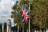 Fototapeta Londyn - Flaga Wielkiej Brytanii na maszcie.