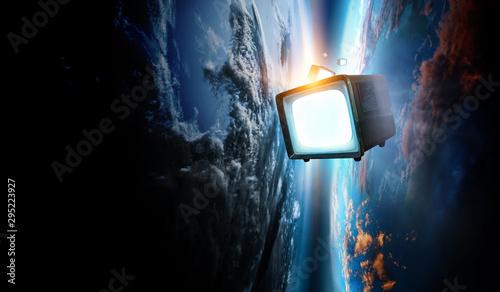 Deurstickers Wanddecoratie met eigen foto Retro TV flying in space