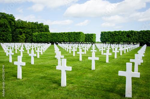 Photo alignement de croix blanches des soldats morts dans cimetière militaire américai