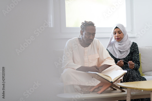 Cuadros en Lienzo  african couple at home reading quaran