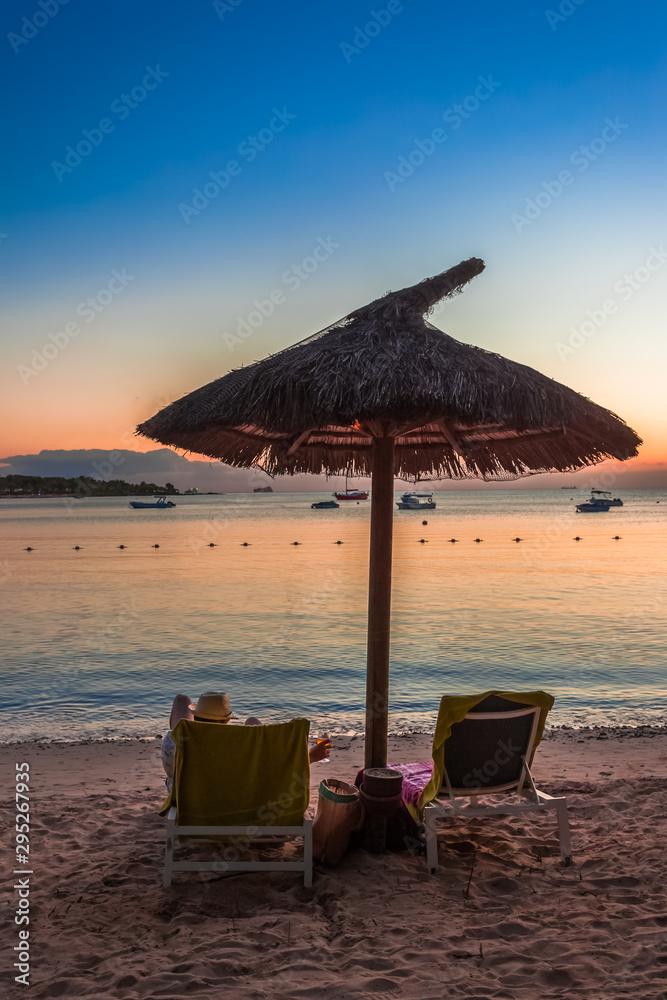 Fototapety, obrazy: farniente sous parasol de plage au coucher de soleil
