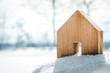 canvas print picture - Kleines Haus aus Holz steht im Schnee, Konzept Bauen und Grundstück oder Hüttenurlaub