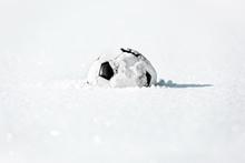 Fußball Liegt Im Schnee, Konz...