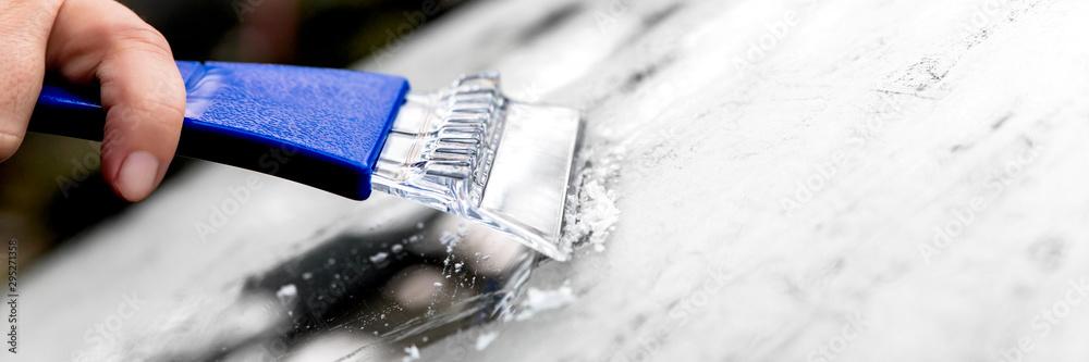 Fototapety, obrazy: Panorama, Mann beim Eiskratzen mit dem Eiskratzer, Auto im Winter