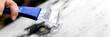 Leinwanddruck Bild - Panorama, Mann beim Eiskratzen mit dem Eiskratzer, Auto im Winter