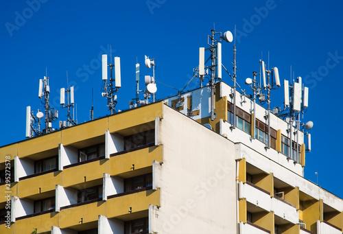Obraz na plátně Microwave transmitter antennas on rooftop