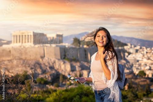 Photo Portrait einer attraktiven Touristin mit Reiseführer in der Hand vor der Akropol