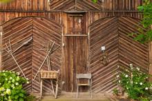 Alte Bauernhaus Fassade Aus Holz. Hintergrund. Background. Old Wooden Facade Of Farm House.