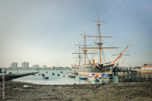 PortsmHMS Warrior, the first iron-clad battleship launched by the British Royal Fototapet