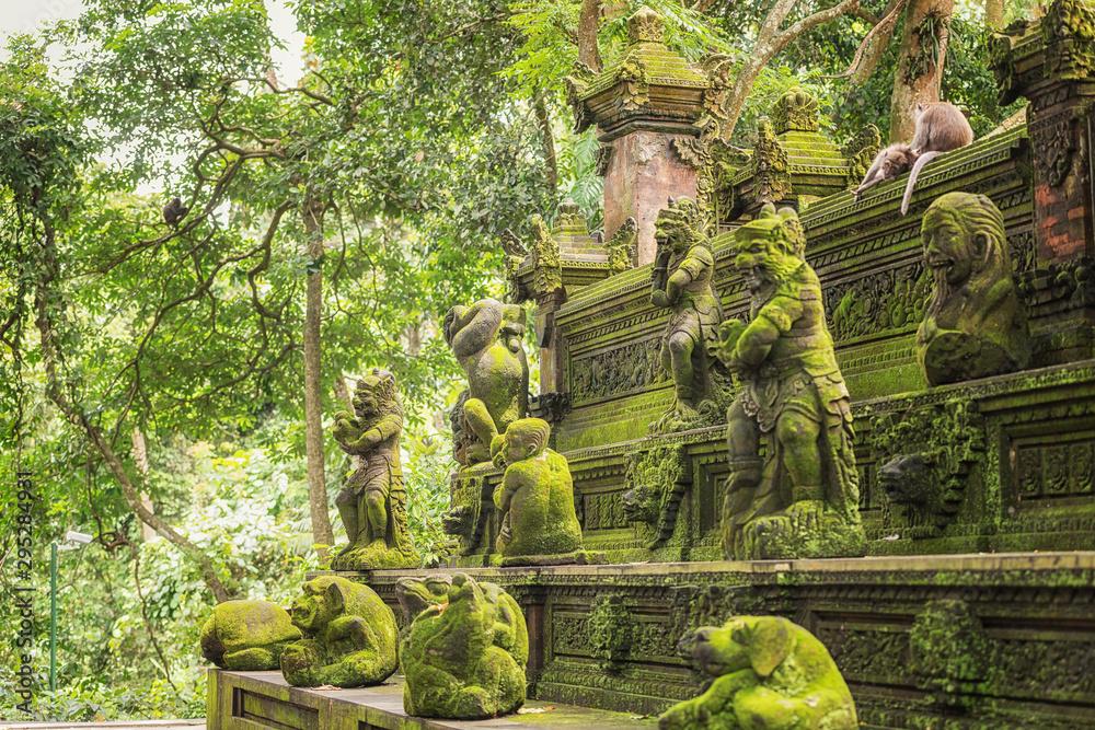 Fototapeta Monkey Forest - a sacred and popular tourist spot, Ubud, Kabupaten Gianyar, Bali, Indonesia