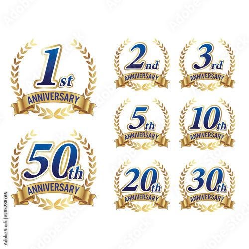 Fototapeta アニバーサリー 1,2,3,5,1,20,30,40,50周年記念まで使える高級なイメージの紺の文字とゴールドの月桂樹リボンベクター素材