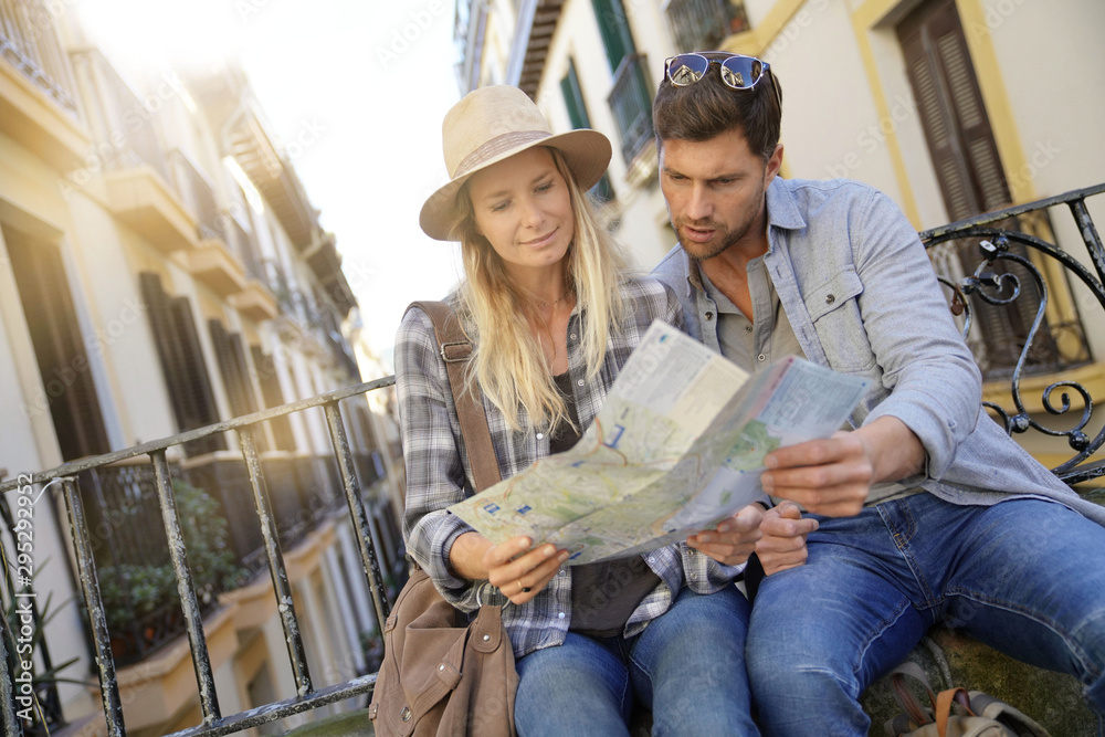 Fototapety, obrazy: Couple of tourists in the street of european city