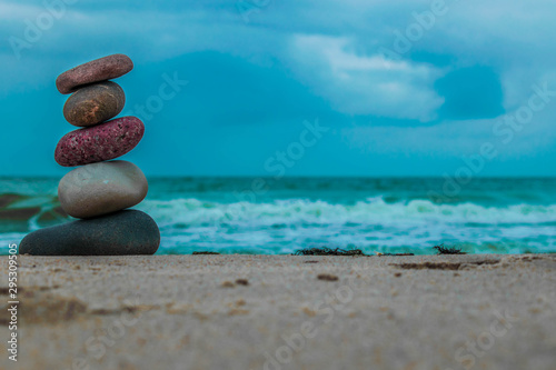 Photo sur Toile Zen pierres a sable Zen stones on the beach with sand and sea view