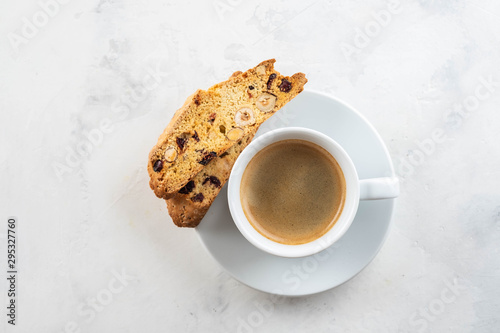 Fotografía Christmas homemade cookies biscotti with dry berries and cup of coffee