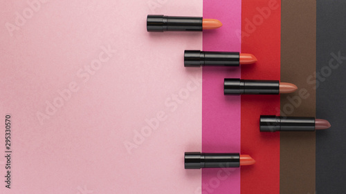 Top view of lipstick shades on plain background Fototapet