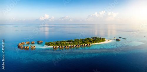 Foto auf Gartenposter Blaue Nacht Panorama einer tropischen Paradiesinsel mit Kokosnusspalmen und feinen Sandstränden bei Sonnenuntergang, Malediven