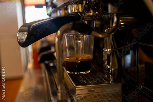 Obraz na plátně Taza de café en cafetera de bar-restaurante