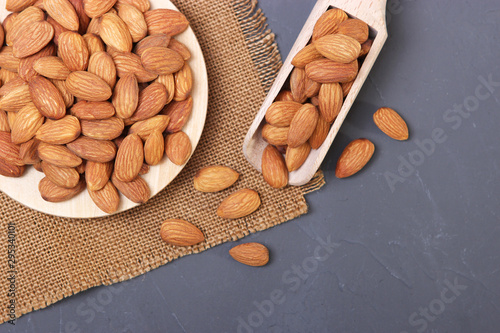 Pinturas sobre lienzo  whole almonds on the table.