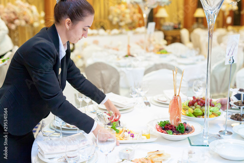 Tableau sur Toile Waiters set the tables in the restaurant for the banquet