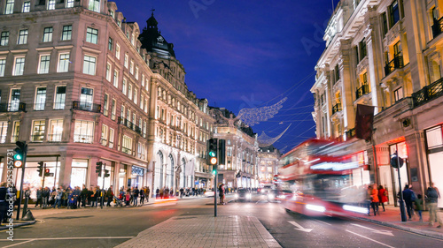 Türaufkleber London roten bus Shopping at Oxford street, London, Christmas day