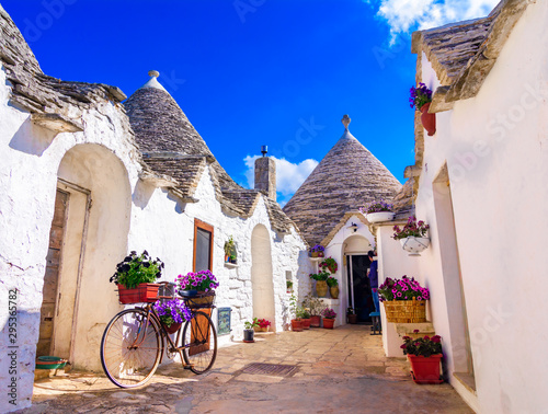 Photo Alberobello, Puglia, Italy: Typical houses built with dry stone walls and conica