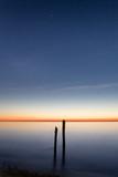 Holzpfahl im Wasser bei Sonnenuntergang  - 295373918