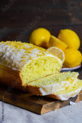 Photographie lemon drizzle cake, decorated with sugar icing