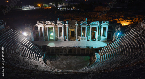 Photo Amphitheater in ancient city of Hierapolis at night