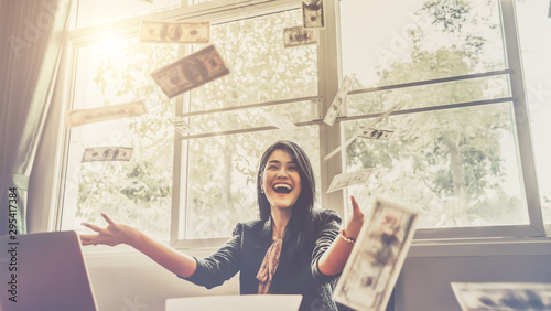 Fotomural  Happy businesswoman with around falling money in office