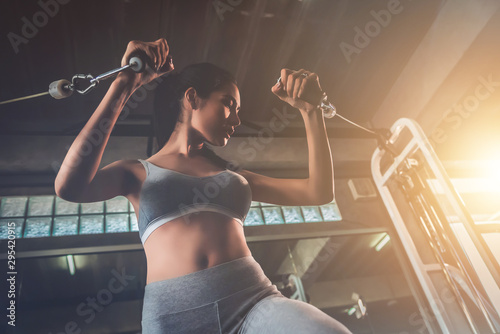 La pose en embrasure Fitness Beautiful sexy woman workout in sports gym, cinematic tone