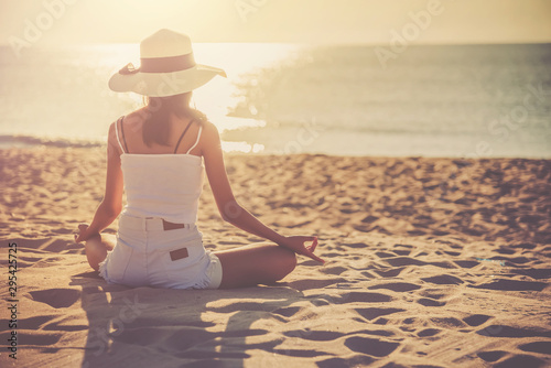 Photo  Silhouette woman sitting and doing yoga on the beach
