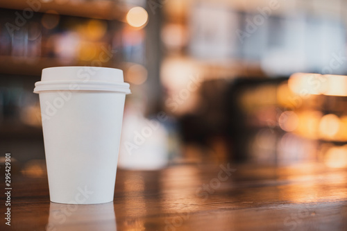 Photo sur Aluminium Cafe takeaway cup of coffee in coffee shop background