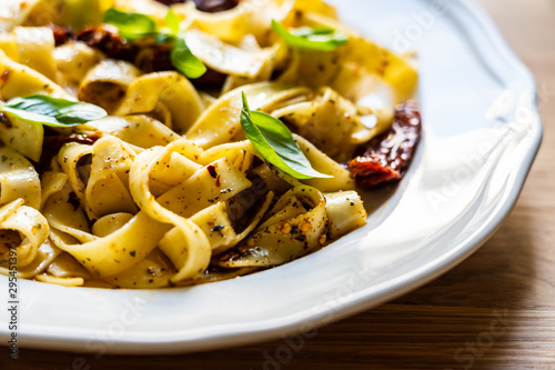 Canvastavla Pasta with sauce and sun-dried tomatoes