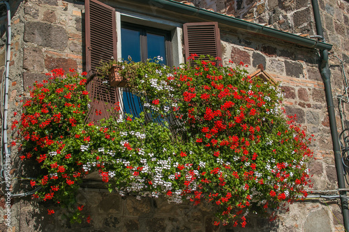 Splendido balcone fiorito con geranei Wallpaper Mural