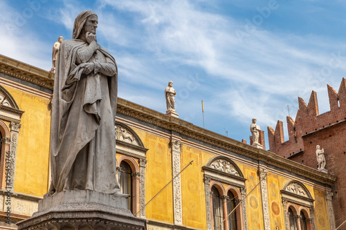 Tuinposter Oude gebouw Statue of the great poet Dante Alighieri