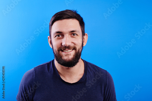 Photo Portrait of toothy smiling and joyfully laughing handsome caucasian brutal beard