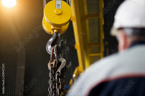Canvastavla Yellow overhead-traveling crane with hard hat worker operator