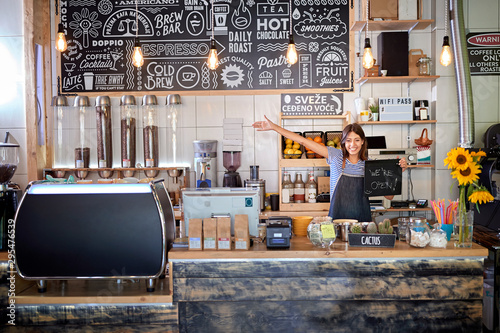 Foto Coffee shop is open - woman at workplace at new open café.